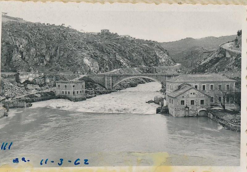Río Tajo y turbinas de Vargas en marzo de 1962. Fotografía de Julián C.T.