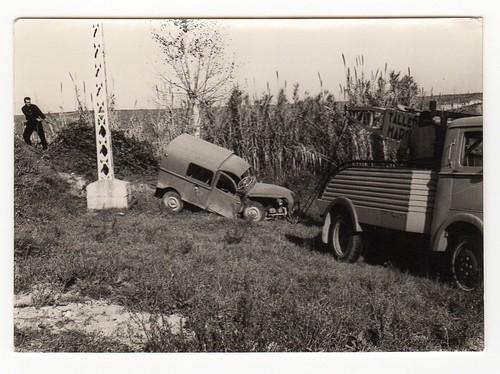 Camió Grua de Taller Marcet rescatant una furgoneta 2 CV