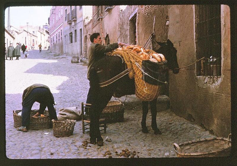 Panadero con burro en la calle Descalzos de Toledo en abril de 1963. Película Kodachrome. Donación de la familia Burgos.