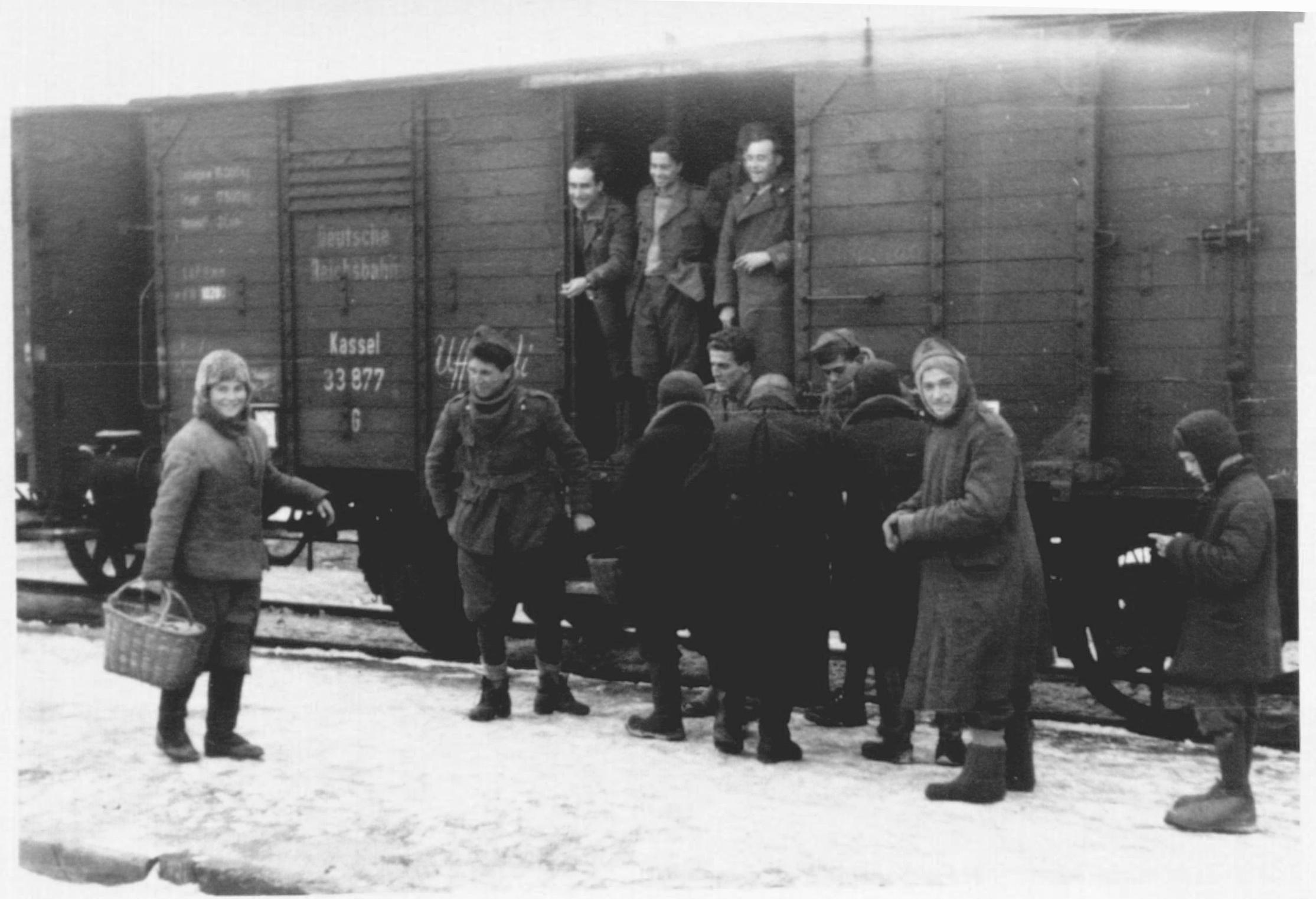 1942. Итальянские солдаты что-то покупают у местных жителей на украинской железнодорожной станции