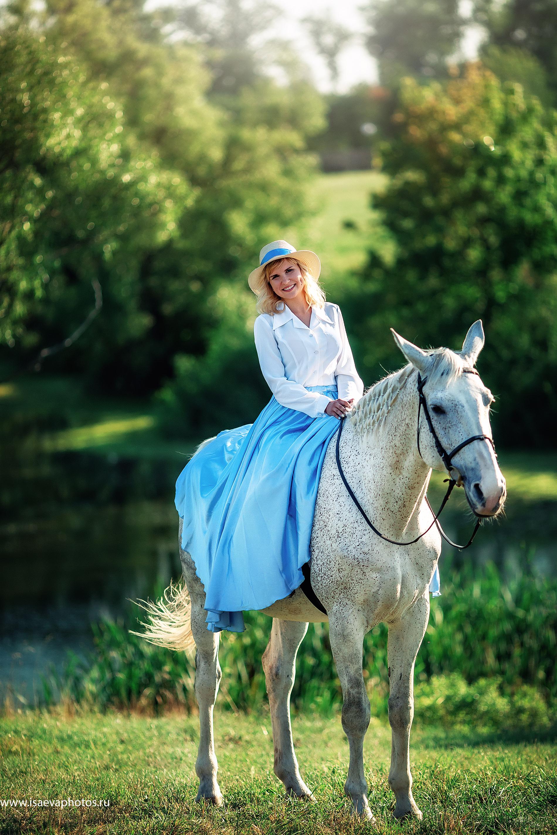 Кадр из фотосессии посетительницы музея с лошадьми в «Тарханах»