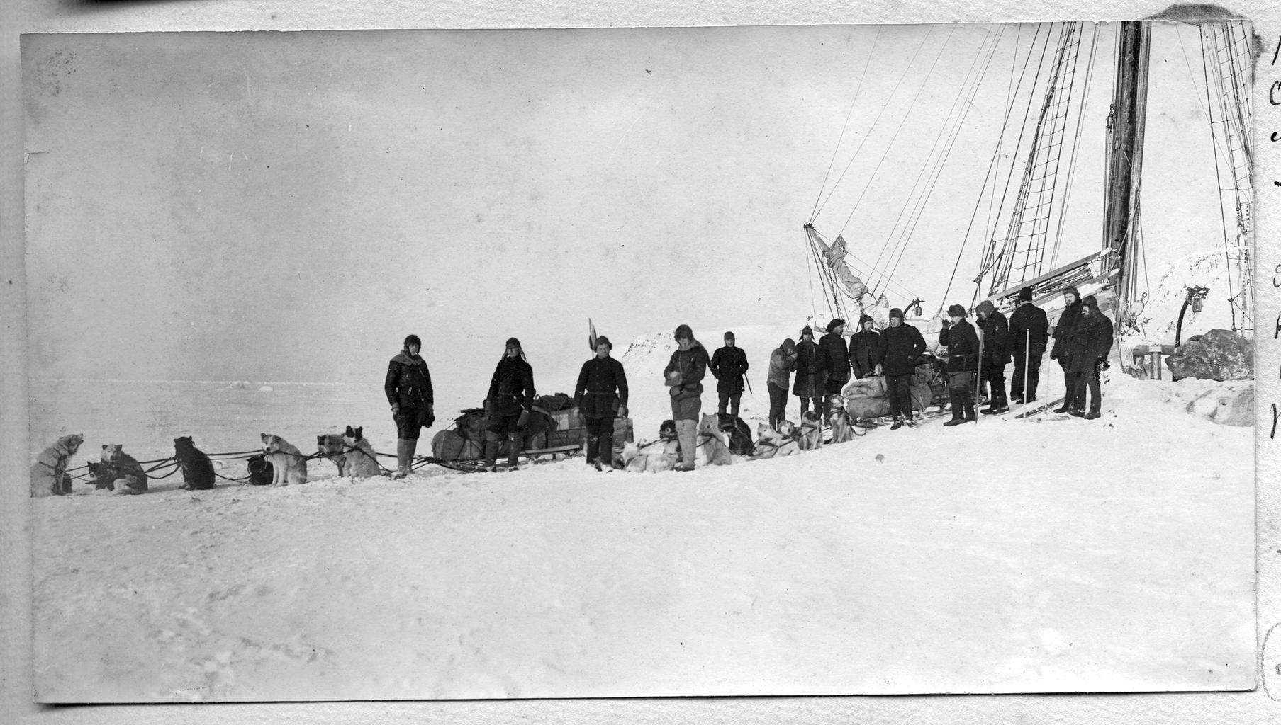 Отбытие в санную экспедицию во время зимовки