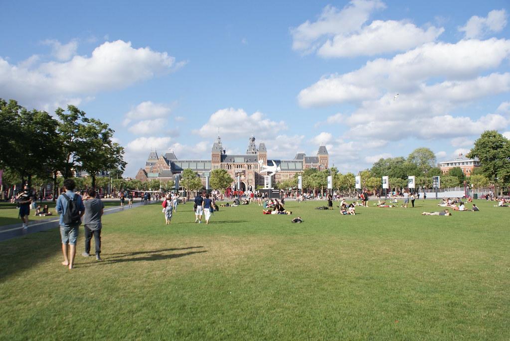 Grande pelouse au coeur du quartier des musées à Amsterdam : Tous les musées sont à moins de 10 minutes les uns des autres.