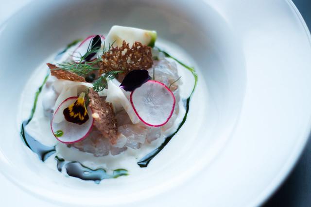 Tartar din sea bass cu stridii, sos de hrean, ridiche și mărar