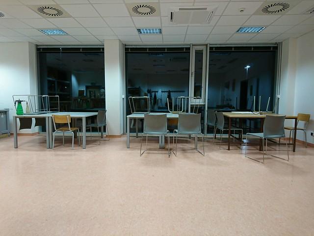 做作品到晚上十點已經是教室裡最後一位學生。圖/陳冠蓉提供