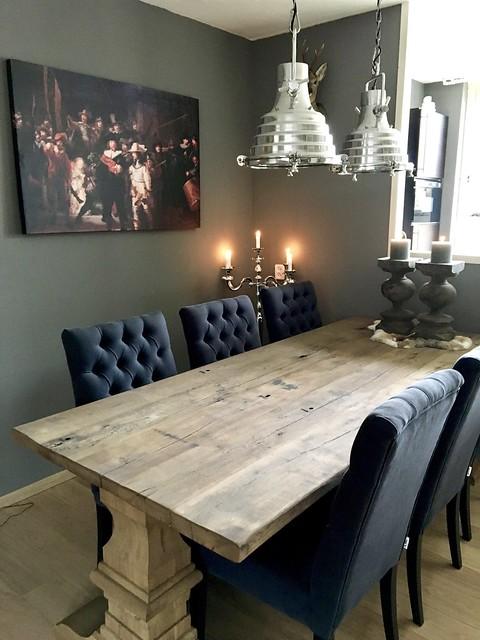 Eettafel met gecapitonneerde stoelen