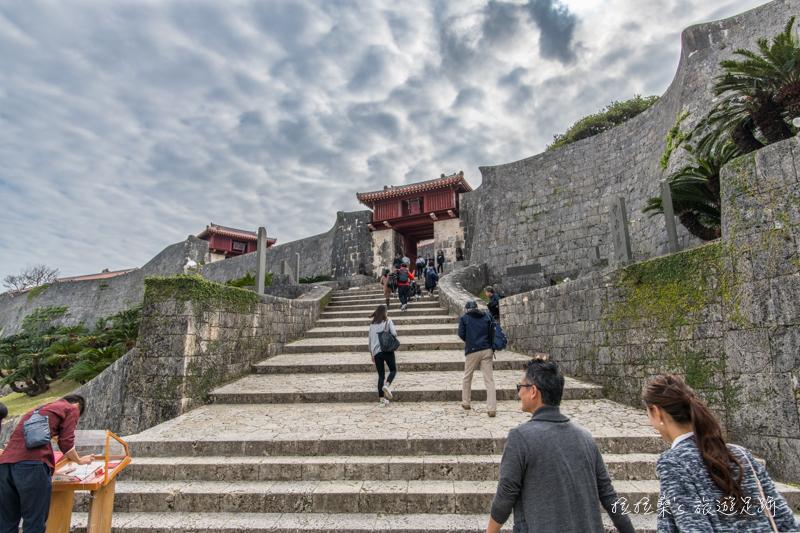 日本沖繩首里城公園,走進朱紅色的都城宮殿,漫步於城牆、城門、廣場間,尋訪那段琉球王國的興衰歷史