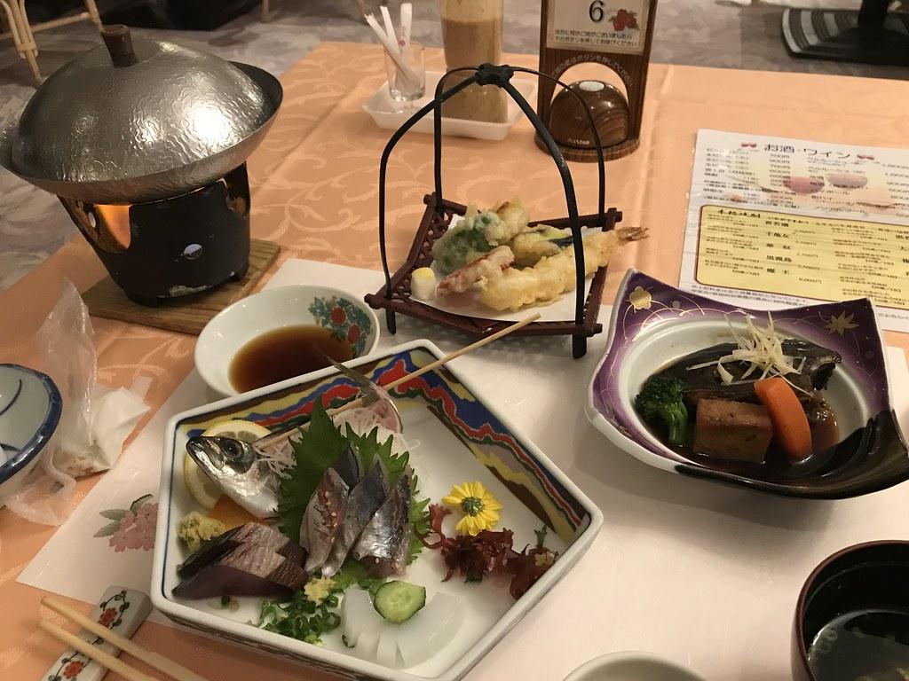 刺身定食と聞いていたのに煮魚や揚げ物、鍋もついてくる恐怖