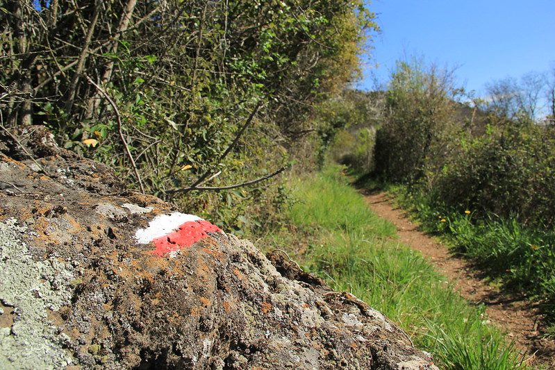 Red and white markings signalling the continuation of the GR-2 route