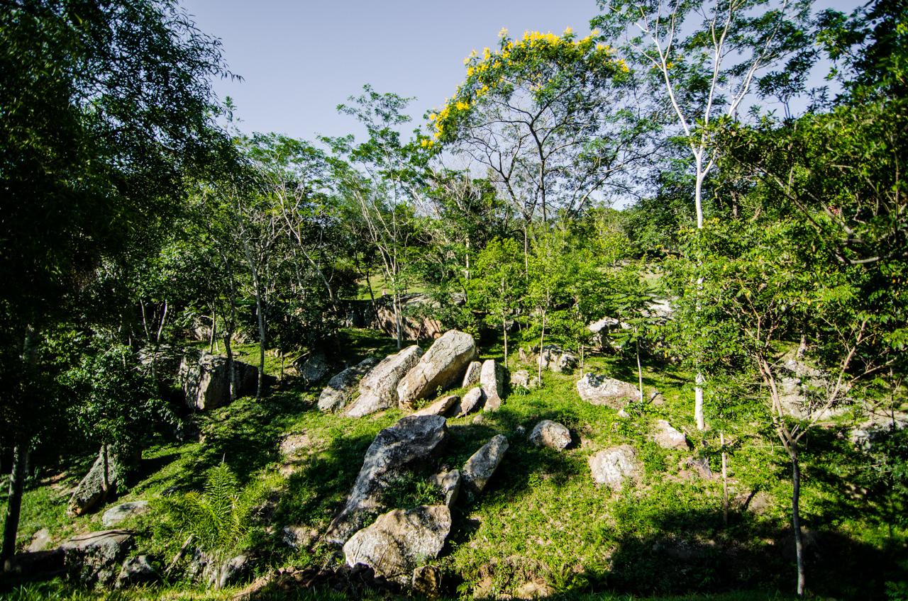"""Algunas rocas pueden verse en el basto territorio que comprende la propiedad privada ecológica """"El Escondido"""" en Caacupé. (Elton Núñez)."""