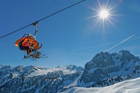 Turistická destinace Gstaad se nachází východně od Ženevského jezera na rozhraní kantonů Berner Oberland a Vaud, který je již frankofonnní. Patří mezi luxusnější prominentní švýcarská střediska a lyžování tak zde nen...