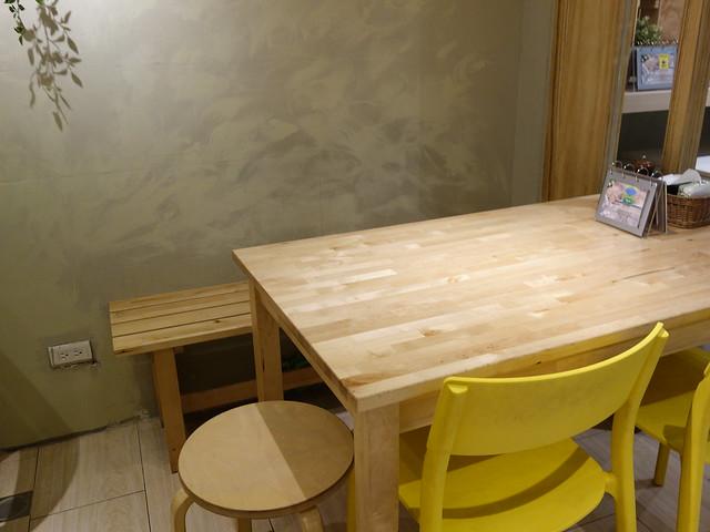 店裡就是 IKEA 桌椅,清爽乾淨@新北永和Joe's Pizza手工窯烤披薩