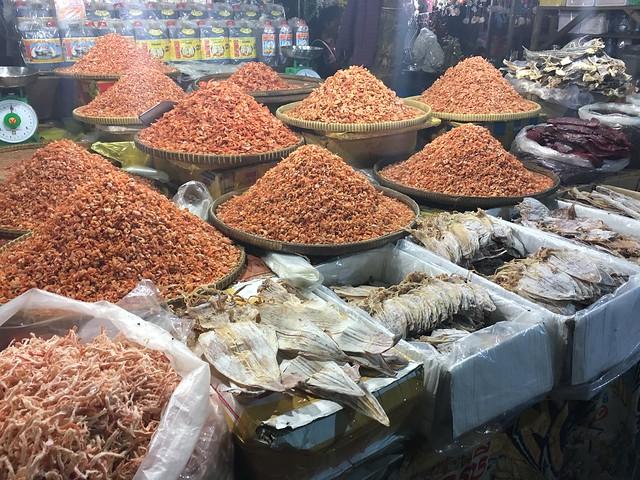 海産物の加工品もたくさん売られている