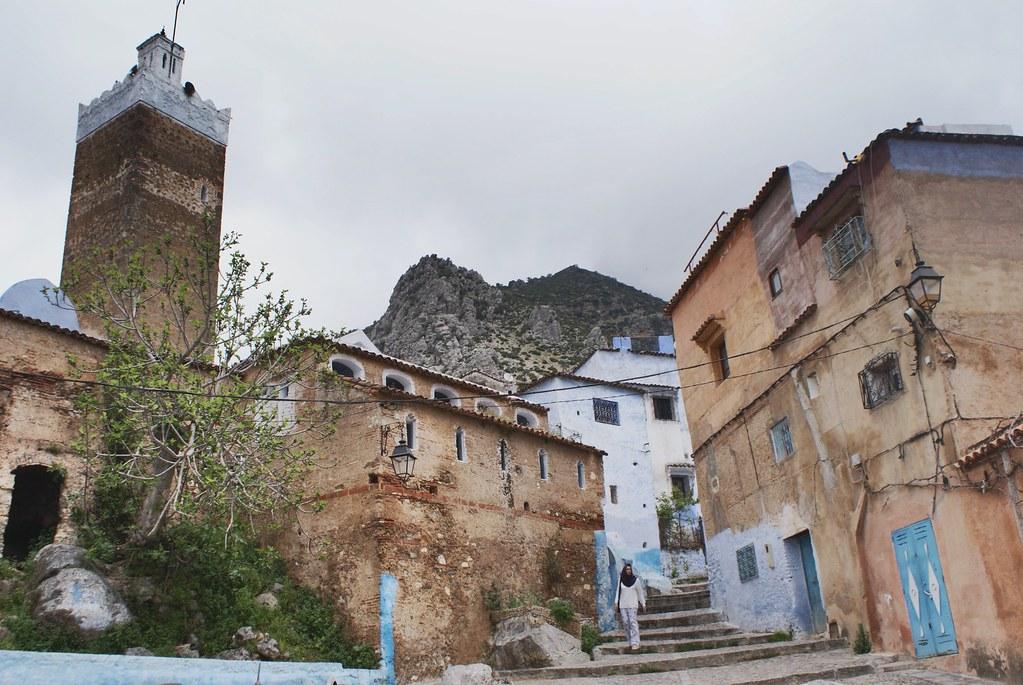 Une mosquée de Chefchaouen en contrebas des montagnes du Rif.