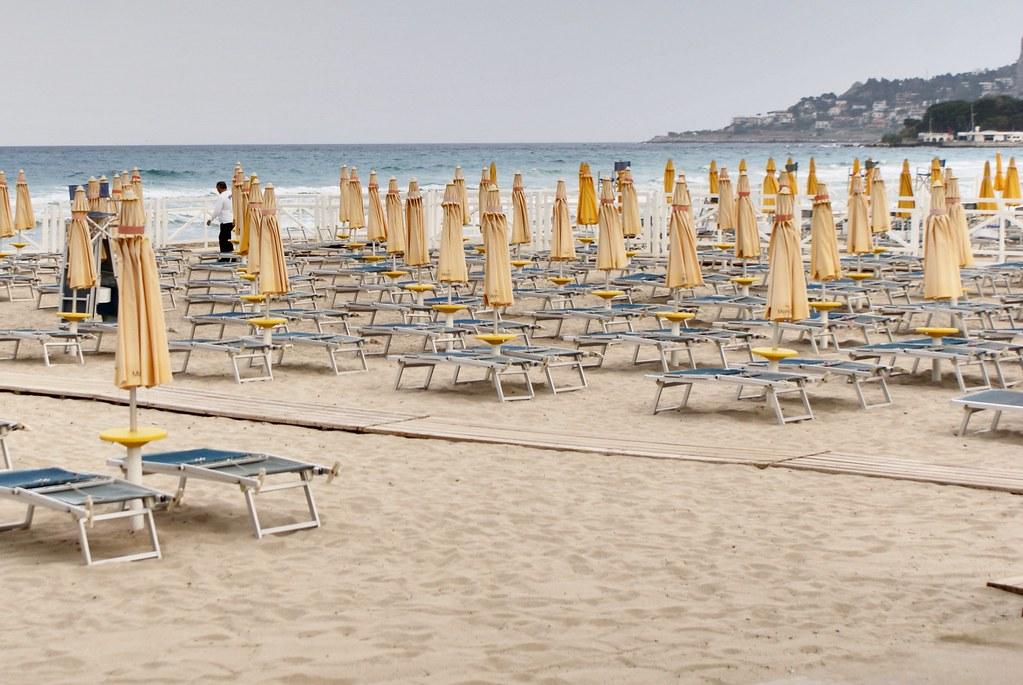 Sur la plage de Mondello par une journée peu ensoleillée.