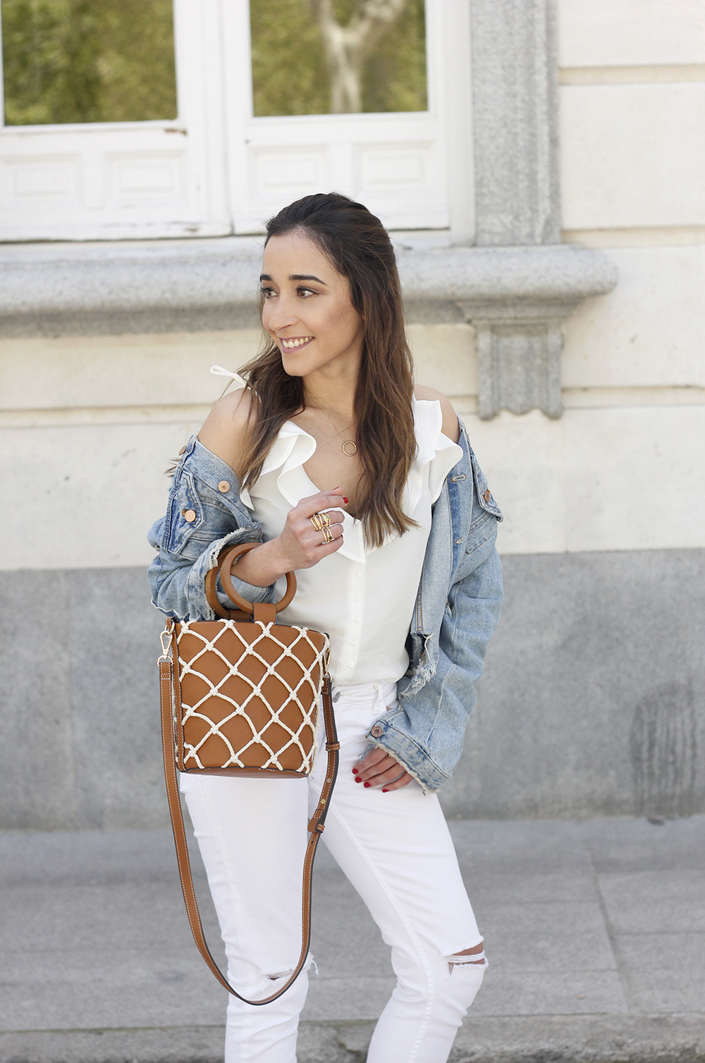 white outfit denim jacket bolso mango spring outfit 201808
