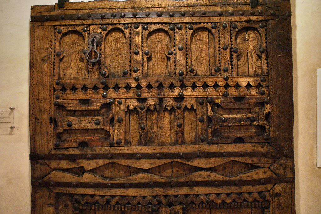 Détails d'une magnifique porte du Musée Nejarrine sur l'artisanat du bois dans la médina de Fès.