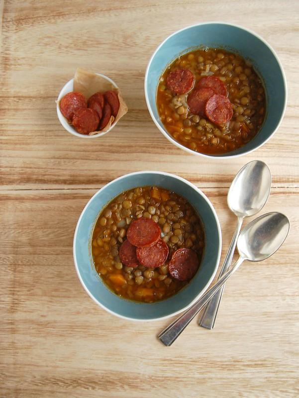 Lentil soup with spicy salami / Sopa de lentilha com salame crocante