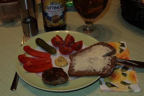 Abendbrot mit Frikadellen, Paprikaschnitzen, sauren Gürkchen, Tomaten und gebuttertem Vollkornbrot