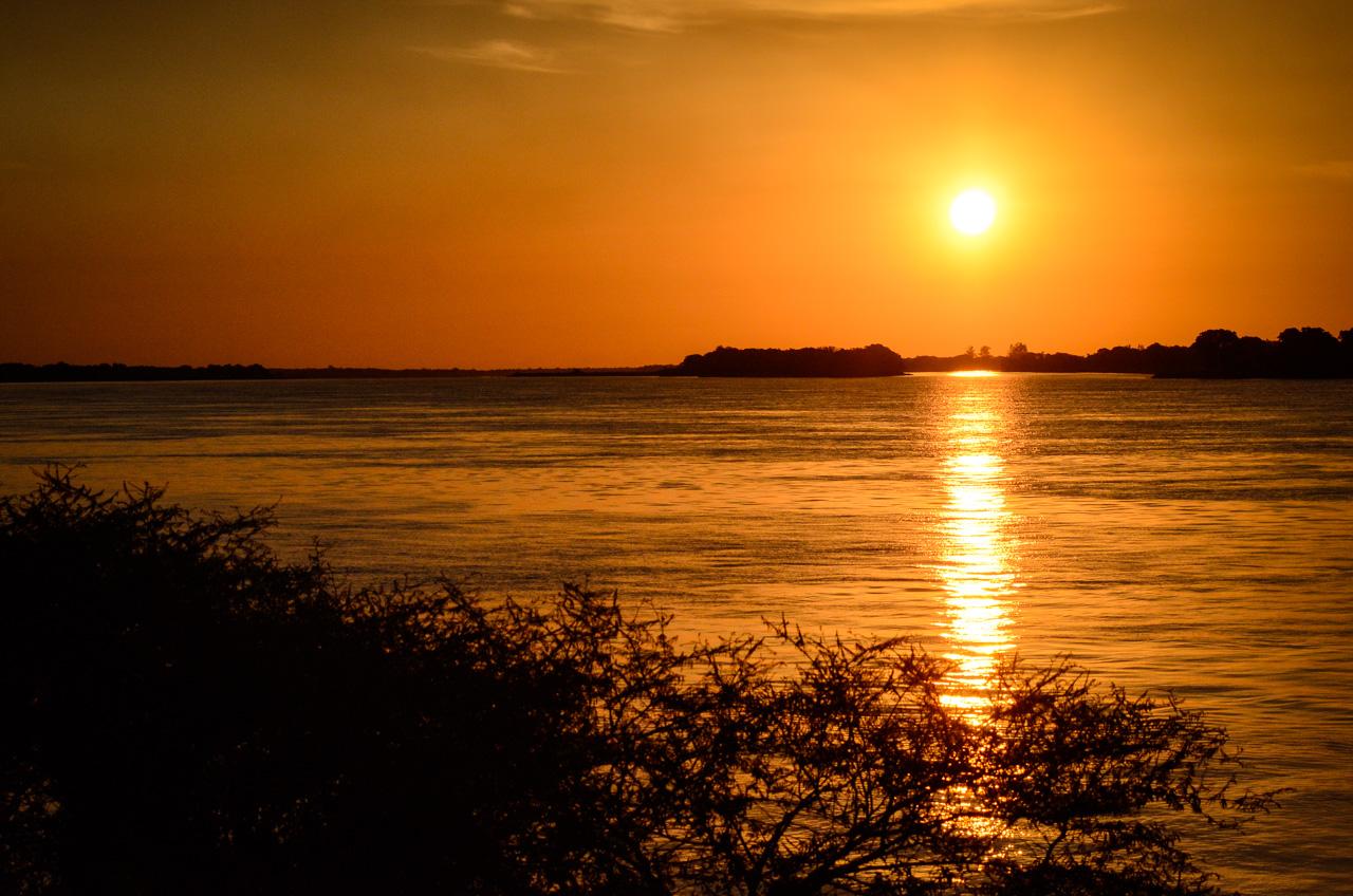 Atardece en el río Paraguay, en la localidad de Zanjita, departamento de Ñeembucú. (Elton Núñez).