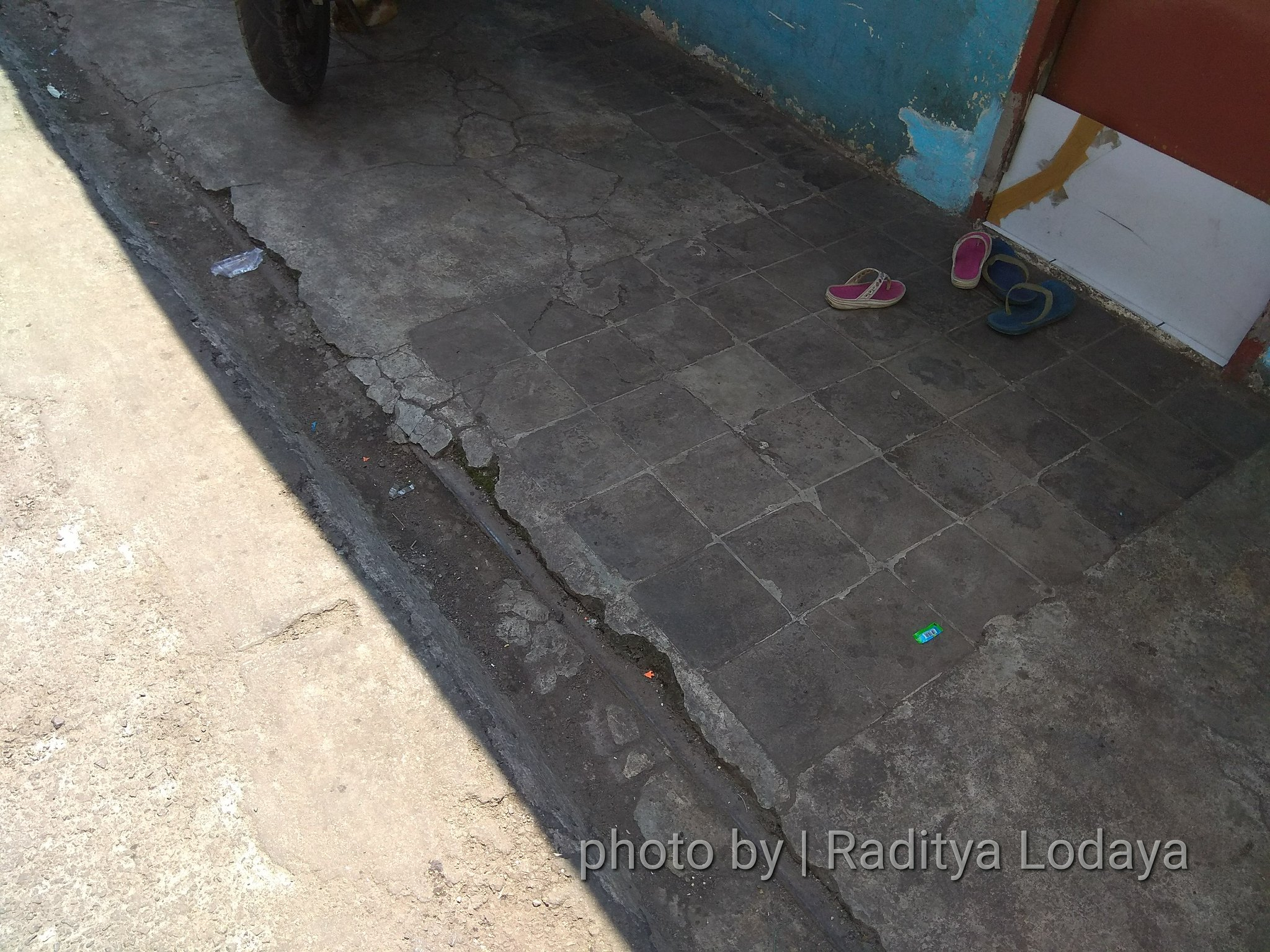 Foto Jalur Rel Mati Bandung (Kiaracondong Karees) 33 - Nyeberang Jalan Malabar masuk Malabar 1 mulai terlihat lagi ada bekas rel