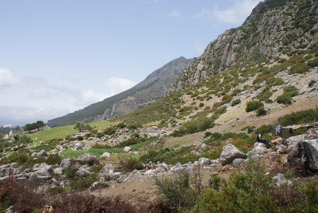 Chefchaouen ou Chaouen est bâtie à 600 m d'altitude au pied des monts Kelaa et Meggou.