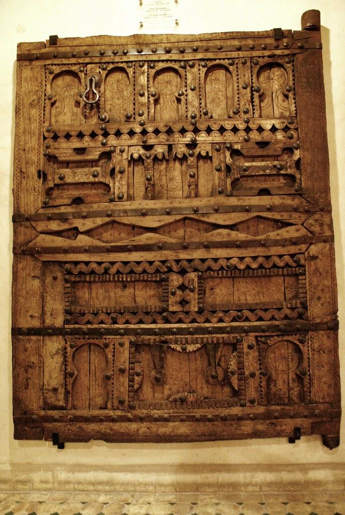 Magnifique porte du Musée Nejarrine sur l'artisanat du bois dans la médina de Fès.