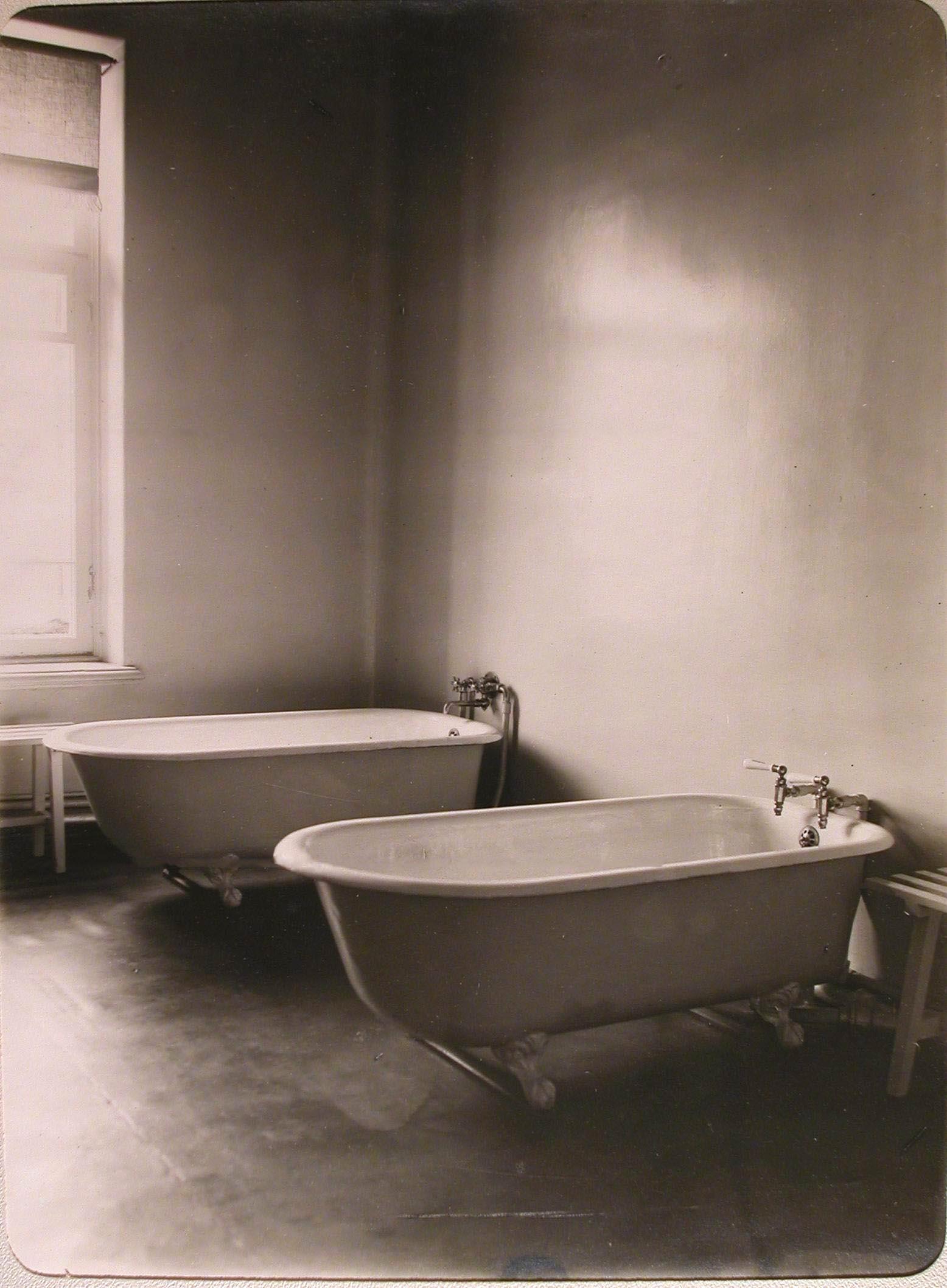 17. Вид части ванной комнаты лазарета для раненых (на верхнем этаже), устроенного в женском училище имени императрицы Марии Александровн