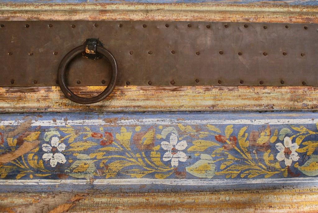 Détails floraux sur une porte en bois du musée Dar Batha à Fès.
