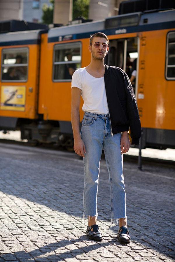 黒ブルゾン×白無地Tシャツ×カットオフジーンズ×黒サンダル