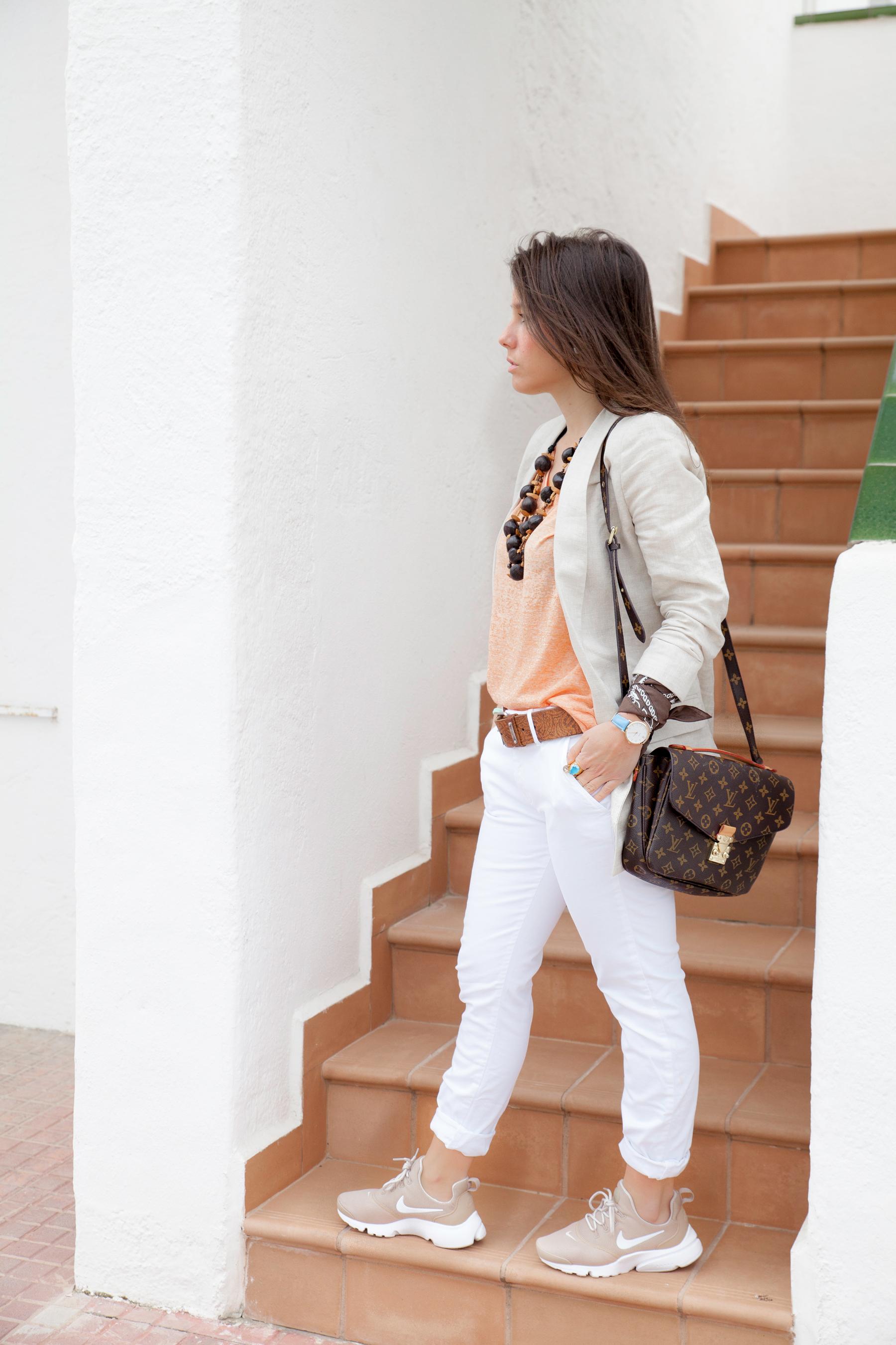 Cámara Comprensión Obsesión  Nude and white. Perfect work outfit with presto fly Nike.