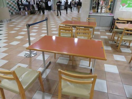 福島競馬場のファーストフードプラザの座席