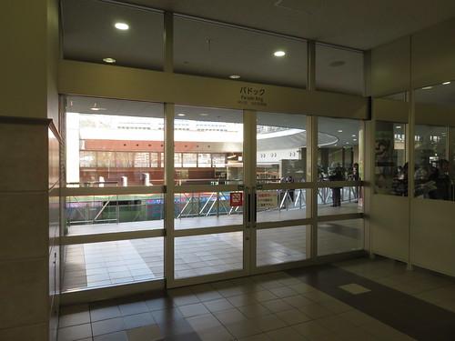 福島競馬場の2階パドックへの扉