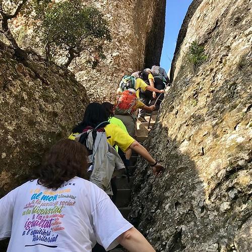 Camí del Tram 11 per fer la cadena humana a #Montserrat @FaranelCim de #Collbató al #CavallBernat per la #llibertat dels presos i el retorn dels exiliats @cridallibertat #LlibertatPresosPolítics #SonNoViolents