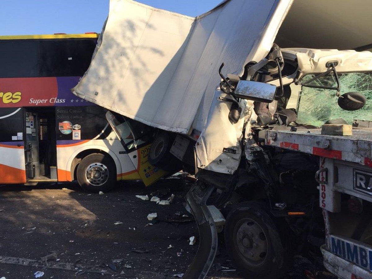 SAN FERNANDO Colision Multiple que involucra 24 Autos, 9 Camiones y 4 Buses En Ruta 5 Sur