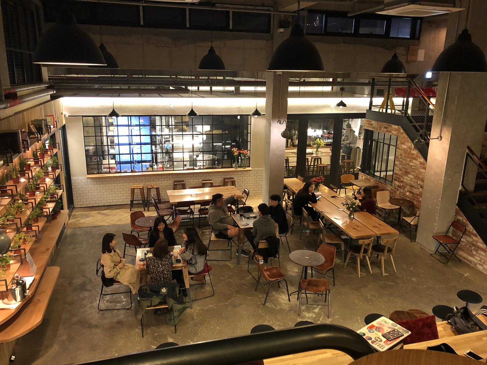 빌리프 커피 로스터스의 지하 공간 전경