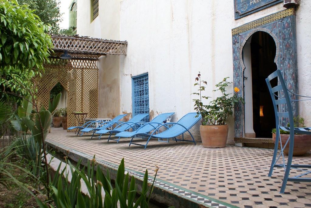Chaises longues devant le hammam du jardin de Biehn à Fès.