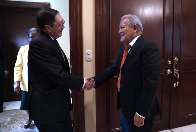El presidente brindó una audiencia de cortesía al embajador colombiano que finaliza su misión diplomática en el país. (1)