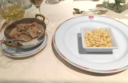 Veal chop with mushrooms & spaetzle / Kalbsgeschnetzeltes mit Pilzen & Spätzle - Hotel Lamm - Heimbuchenthal