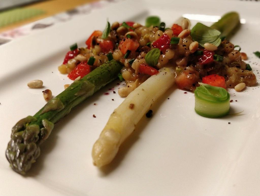 Spargel mit Fregola sarda und Erdbeeren