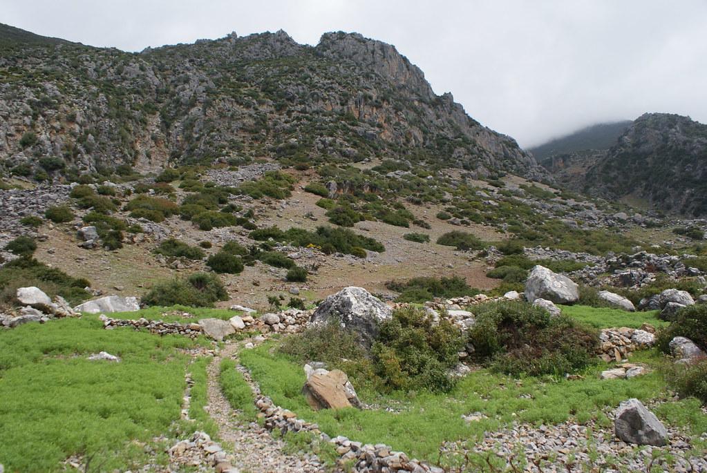Des montagnes abruptes et sauvages avec quelques villages sur le chemin de la boucle.