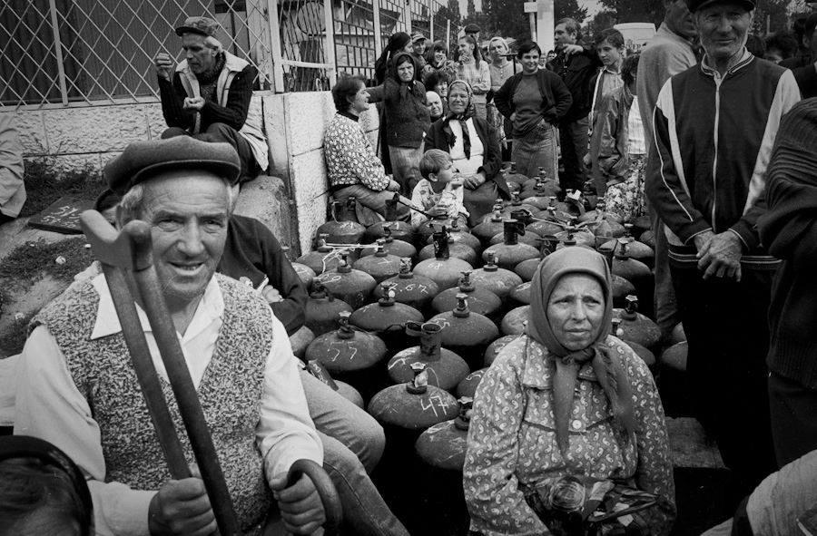 Raiul comunist: cozile si asteptarea nesfarsita pentru a schimba o butelie