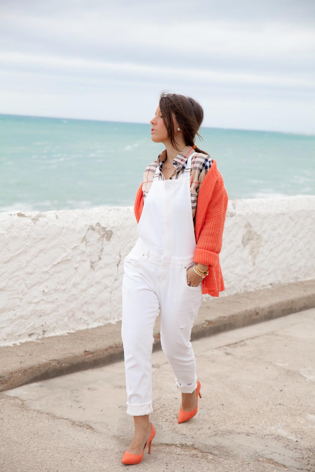 08_Burberry_Outfit_White_overall_Combinar_peto_con_tacones_mas34_theguestgirl_influencer_barcelona