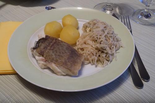 Skrei mit Sahnesauerkraut und Salzkartoffeln (mein Teller)
