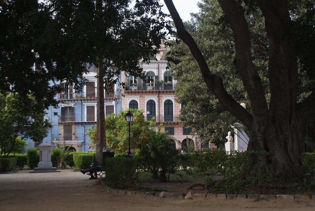 Le jardin Garibaldi à Palerme est entourée de belles maisons bourgeoises colorées.