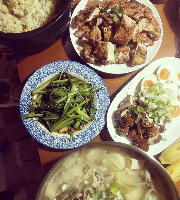 20180411 ✓香煎雞腿排 ✓蒜炒菠菜 ✓溏心蛋豆干拼盤 (豆干是婆婆滷給我的) ✓蔬菜味噌湯 ✓鍋煮小米白飯 #葛蘿的餐桌