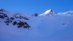 Podejście lodowcem Vadret da Morteratsch przez Da Buuch do schroniska Marco e Rosa 3597m, na wprost serak, który się oberwał podczs naszego podejścia.