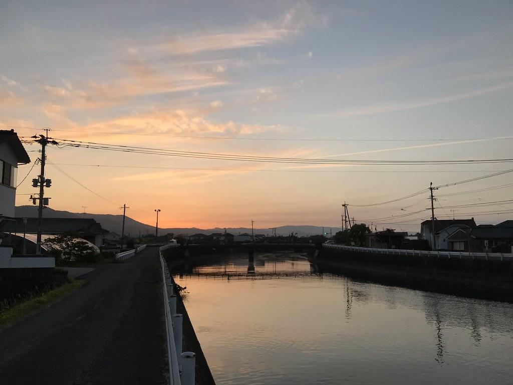 旅館前の川と夕景