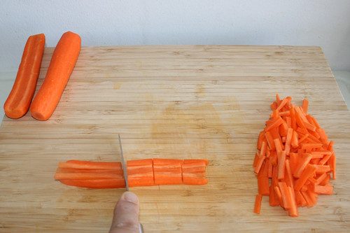 11 - Möhren in Stifte schneiden / Cut carrots into strips