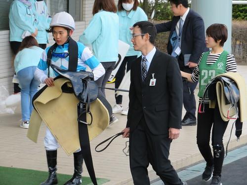 福島競馬場の検量室に引き上げる騎手たち